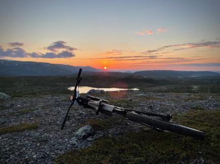Keskiyö matkalla Kvänangeniin (Kuva: A.Lyytikäinen)