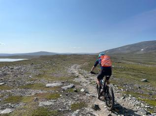 Matkalla Bidjovaggeen, kuvassa Sami ajamassa (Kuva: A.Lyytikäinen)
